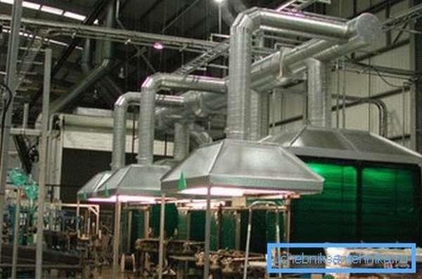 На фото - рабочие места, оборудованные индивидуальными вентиляционными системами