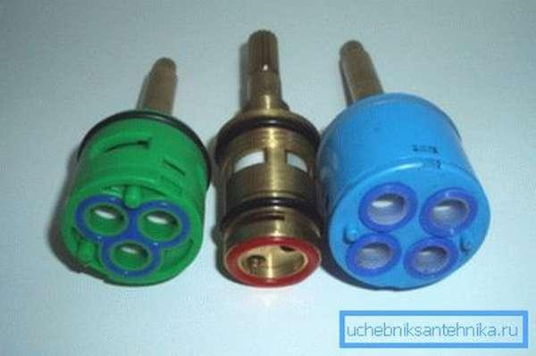 На фото – различные типы запасных частей для смесителей