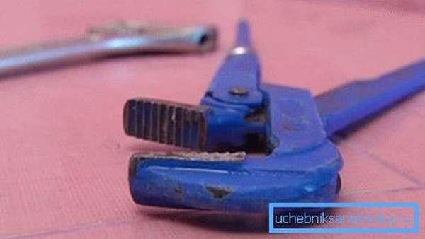 На фото - разводной и «газовый» ключи