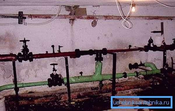 На фото - реальный элеваторный узел в подвале многоквартирного дома. Все, что может быть украдено, снимается.