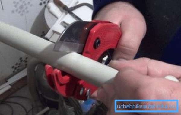 На фото – резка полипропиленовой трубы специальными ножницами