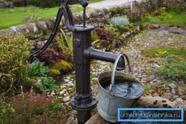 На фото: ручной насос не зависит от электроэнергии, поэтому его можно ставить абсолютно в любом месте