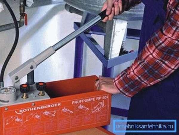 На фото: ручной насос позволяет заполнить систему быстро и качественно