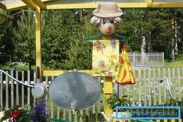 На фото: садовые конструкции могут оформляться самыми оригинальными способами