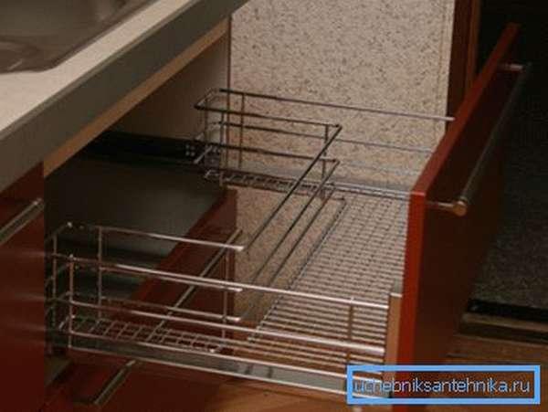 На фото сетка для сушки посуды под раковиной