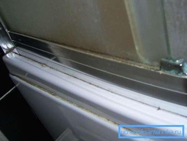 На фото: скапливаясь на поверхности и соединениях, налет делает внешний вид конструкции неопрятным