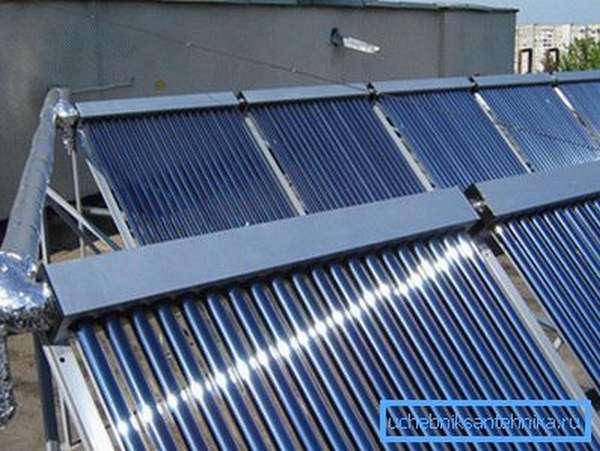 На фото – солнечные коллекторы, состоящие из вакуумных трубок