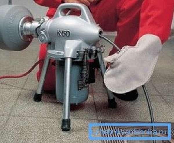 На фото: специалисты часто применяют электрический привод для троса, с помощью которого скорость проведения чистки возрастает еще больше