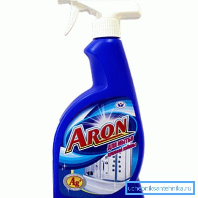 На фото - спрей для мытья душевых кабин