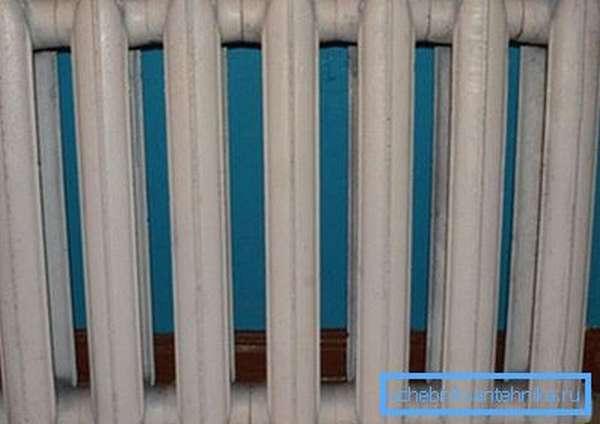 На фото – стандартный чугунный радиатор