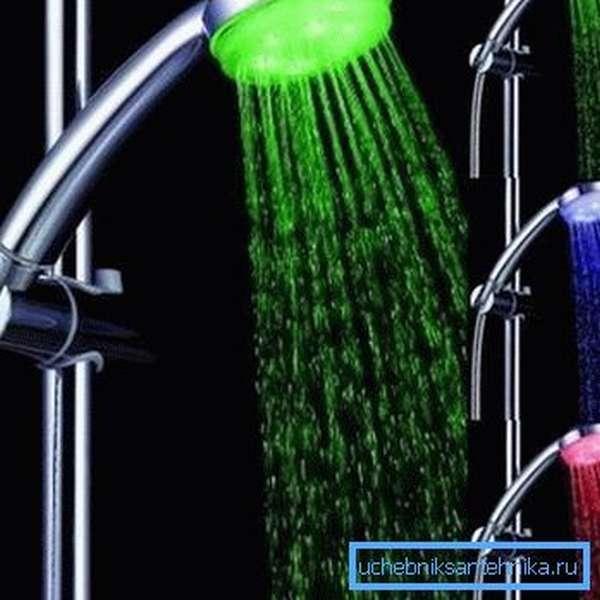 На фото: светодиодные насадки на кран и душ создают оригинальный эффект, который очень нравится детям, и служат дополнительным источником света