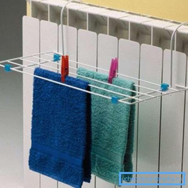 На фото: такая конструкция позволит очень быстро сушить небольшие вещи, это особенно полезно, если в доме есть маленькие дети