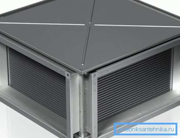 На фото теплообменник, используемый в климатическом оборудовании, в защитном кожухе