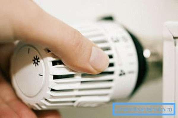 На фото терморегулятор на радиаторе для контроля температурных показателей