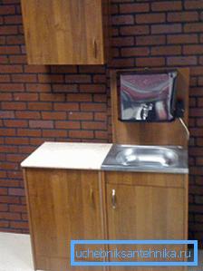 На фото: тумба для умывальника для дачи – своими руками вы можете изготовить такую конструкцию или использовать старую мебель из кухонного набора