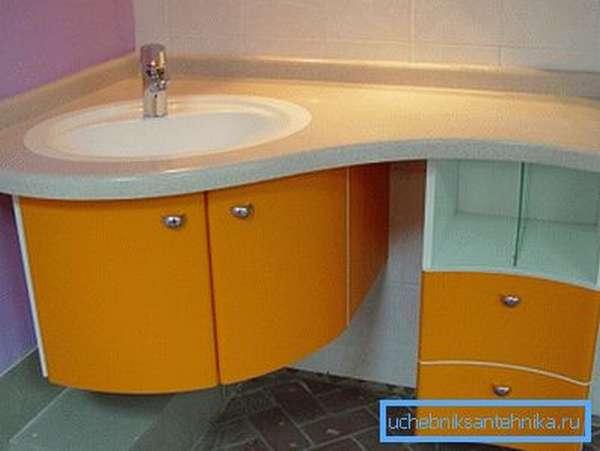 На фото – угловой комод под раковину в ванную.