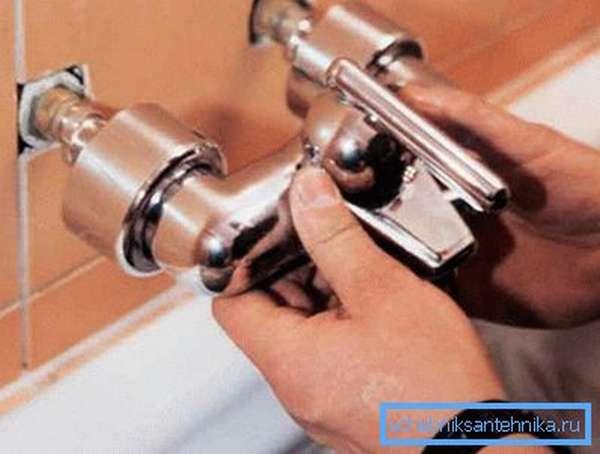 На фото: установить смеситель в ванной самостоятельно по силам каждому при условии, что все подготовительные мероприятия были проведены соответствующим образом