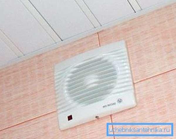 На фото: установка простейшего вытяжного вентилятора улучшает воздухообмен в помещении в несколько раз