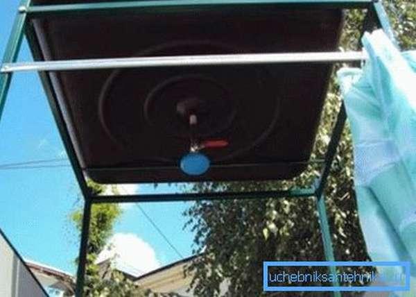 На фото - установленный бак с душевой лейкой
