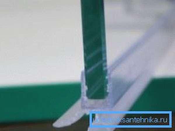 На фото - установленный на стекло уплотнитель