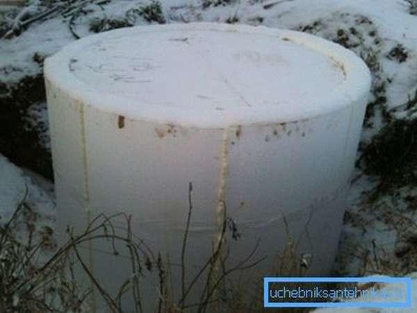 На фото утепление колодца выполнено пенопластом.