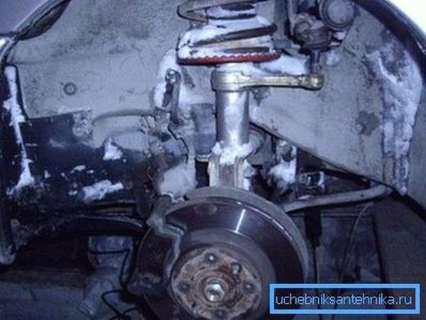На фото – в холодном гараже влага постепенно начинает портить кузовные детали