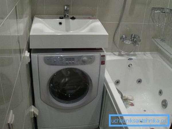 На фото в компактной ванной удалось разместить полноразмерный умывальник и стиральную машинку.