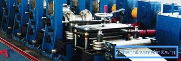 На фото в станок подается стальная лента для производства трубы