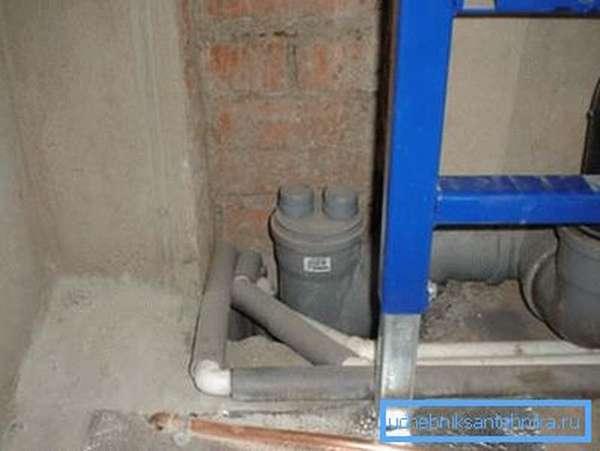 На фото - вакуумный клапан в квартире верхнего этажа.