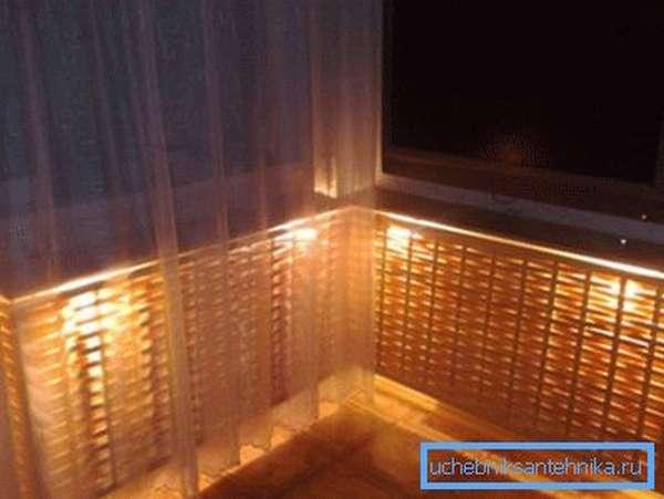 На фото – вариант декорирования батарей с помощью плетеных экранов и подсветки