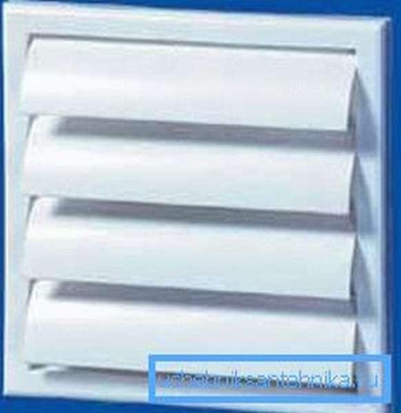 На фото – вентиляционная решетка, оборудованная шторками