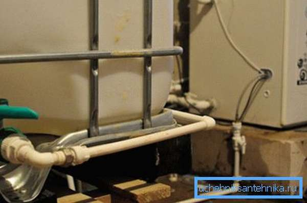 На фото виден циркуляционный насос и расширительный бак