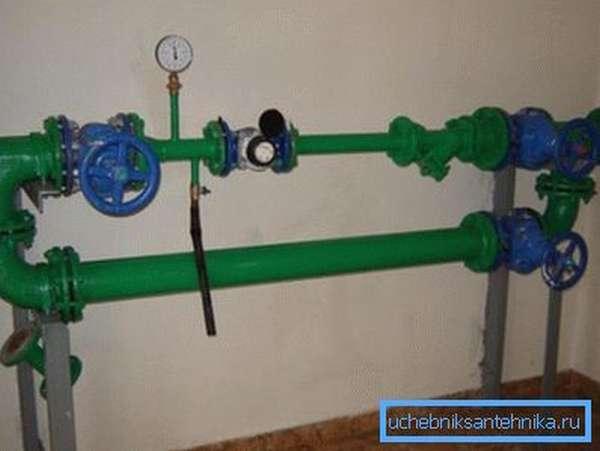 На фото - водомерный узел. Контрольные вентиля позволяют замерить давление на вводе в дом.