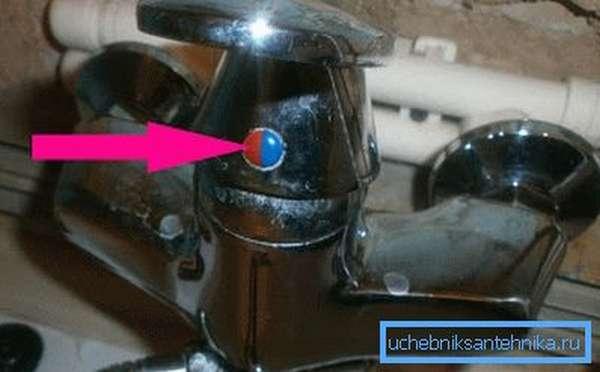 На фото выделена заглушка, под которой прячется винт-фиксатор.