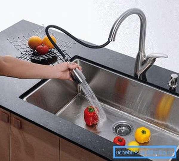 На фото: выдвижной смеситель для кухни отличается функциональностью и простотой