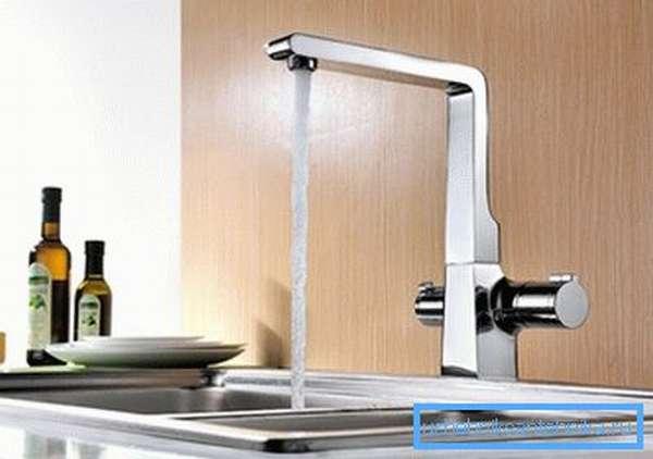 На фото – высокий Г-образный смеситель для кухни