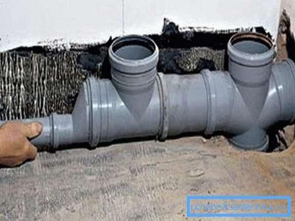 На фото - замена канализационного стояка