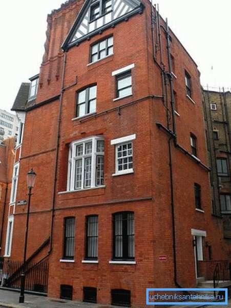 На фото - здание в Лондоне. При реконструкции канализация была проложена по фасаду.