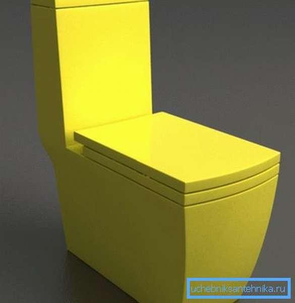 На фото: желтый унитаз может стать отличным дополнением интерьера в темных тонах