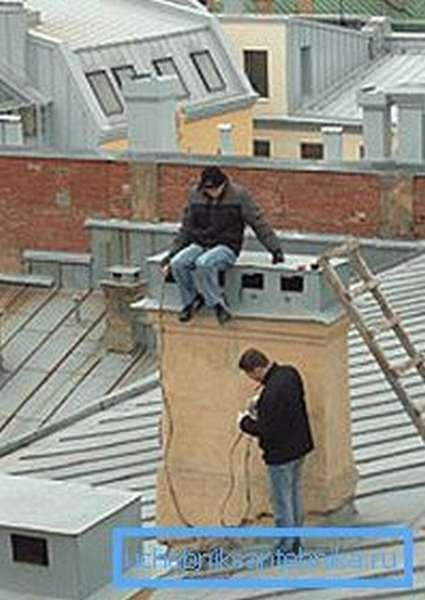 На многоэтажных домах подобные системы на крыше выглядят приблизительно таким образом