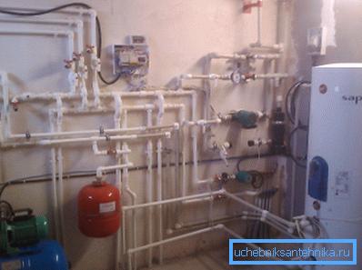 На первый взгляд подобная система очень похожа на конструкции с обычным электрическим нагревателем или газовым котлом