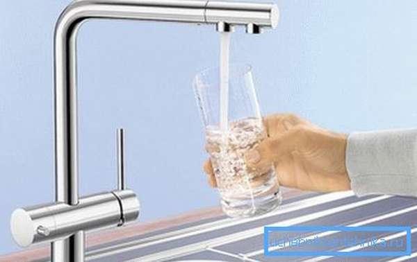 На рисунке показан смеситель для кухни с краном питьевой воды с двумя отверстиями.