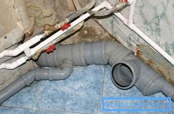 На смену чугунным системам канализации и водоснабжения приходят пластиковые трубы.