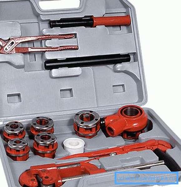 Набор трубных клуппов и дополнительных слесарных инструментов