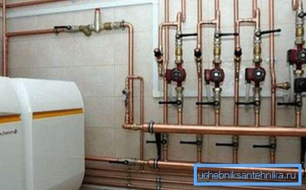 Надежное крепление водопроводных труб к стене обеспечивает их долговечность