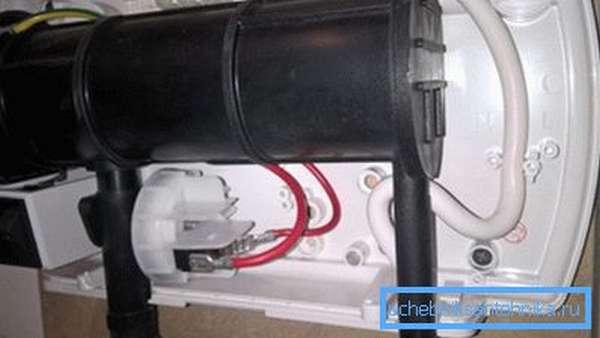 Нагреватель притянут саморезами к фанерной подложке через лист ГКЛ.