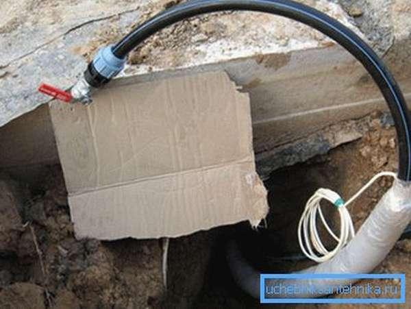 Нагревательный кабель в выводе трубы в утеплителе с подогревом.