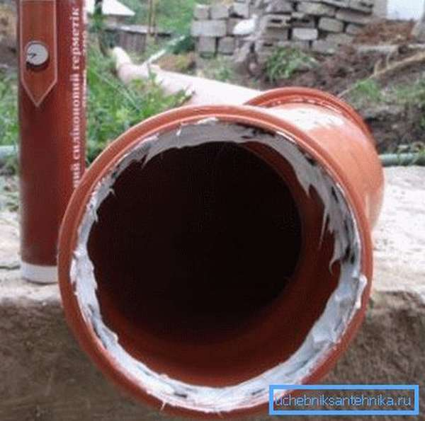 Нанесение силиконового герметика на раструб