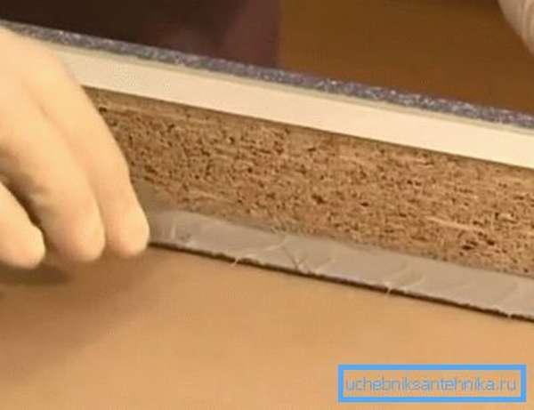 Наносим полимерный клей