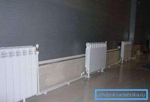 Напольное крепление для радиаторов отопления позволяет не сверлить место под кронштейны в стене